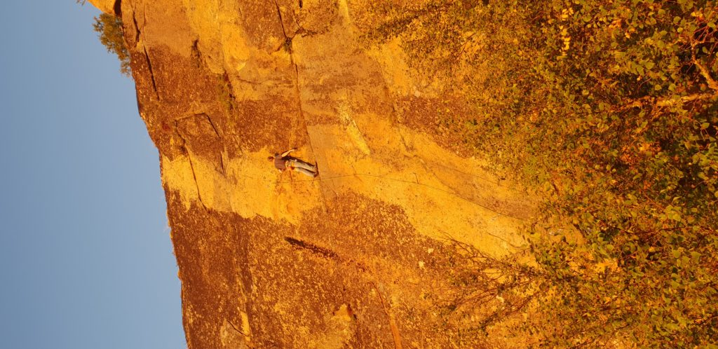Mann klatrer